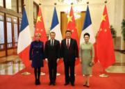 法國總統馬克龍與夫人(左二、左一)訪華第二天,國家主席習近平(右二)與夫人彭麗媛(右一)在北京人民大會堂歡迎。(法新社)