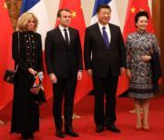 【第一夫人時裝】2018年1月8日,法國總統馬克龍 (左二) 與夫人布麗吉特 (左一) 訪華,國家主席習近平 (左三) 與夫人彭麗媛 (右) 在釣魚台國賓館會見。(法新社)