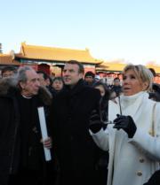 2018年1月9日,法國總統馬克龍(中)與夫人布麗吉特(右)參觀北京故宮。(法新社)
