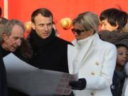 2018年1月9日,法國總統馬克龍(左二)與夫人布麗吉特(右)參觀北京故宮。(法新社)
