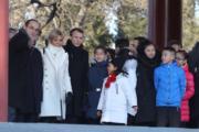 2018年1月9日,法國總統馬克龍(左三)與夫人布麗吉特(左二)參觀北京故宮。(法新社)