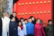 2018年1月9日,法國總統馬克龍(左二)與夫人布麗吉特(左)參觀北京故宮。(法新社)