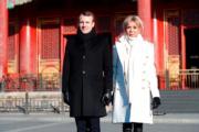 2018年1月9日,法國總統馬克龍(左)與夫人布麗吉特(右)參觀北京故宮。(法新社)