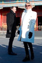 2018年1月9日,法國總統馬克龍(後)與夫人布麗吉特(前)參觀北京故宮。(法新社)