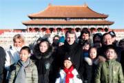 2018年1月9日,法國總統馬克龍(後排中)與夫人布麗吉特(後排左)參觀北京故宮。(法新社)