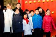 2018年1月9日,法國總統馬克龍(後排左二)與夫人布麗吉特(後排左一)參觀北京故宮。(法新社)