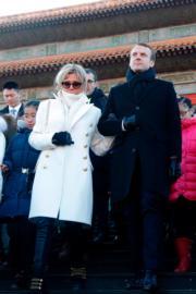 2018年1月9日,法國總統馬克龍(右)與夫人布麗吉特(左)參觀北京故宮。(法新社)
