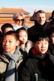 2018年1月9日,法國總統馬克龍(後排右)與夫人布麗吉特(後排左)參觀北京故宮。(法新社)
