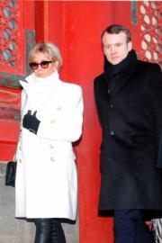 2018年1月9日,法國總統馬克龍(右)與夫人布麗吉特(左)參觀北京故宮,二人一身黑白配甚為合襯。(法新社)