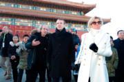 2018年1月9日,法國總統馬克龍(右二)與夫人布麗吉特(右)參觀北京故宮。(法新社)