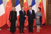 【第一夫人時裝】2018年1月8日,法國總統馬克龍(左二) 與夫人布麗吉特(左一) 訪華,國家主席習近平(左三) 與夫人彭麗媛 (右) 在釣魚台國賓館會見。(中新社)