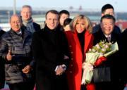 【第一夫人時裝】2018年1月8日,法國總統馬克龍(左二)與夫人布麗吉特(左三)到訪西安。(新華社)
