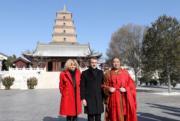 【第一夫人時裝】法國總統馬克龍(中)與太太布麗吉特(左)在西安大雁塔前拍照留念。(法新社)