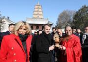 【第一夫人時裝】法國總統馬克龍(中)與太太布麗吉特(左)(法新社)