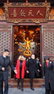 【第一夫人時裝】法國總統馬克龍(右二)與太太布麗吉特(左二)(法新社)