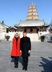【第一夫人時裝】法國總統馬克龍(右)與太太布麗吉特(左)參觀西安大雁塔。(新華社)