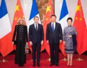 【第一夫人時裝】2018年1月8日,法國總統馬克龍(左二) 與夫人布麗吉特(左一) 訪華,國家主席習近平(左三) 與夫人彭麗媛 (右) 在釣魚台國賓館會見。(新華社)