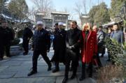 【第一夫人時裝】法國總統馬克龍(前排右二)與太太布麗吉特(前排右)參觀西安大清真寺(Great Mosque)。(法新社)