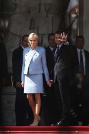 2017年5月14日,馬克龍 (前排右) 正式宣誓成為法國總統,他穿着的深色西裝售價450歐元(約3833港元),妻子布麗吉特 (前排左) 穿着LV淺藍色套裝,不過是商借使用,並非購買而來。(法新社)