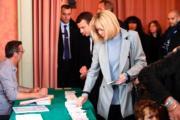 法國總統大選第一輪投票時,布麗吉特穿上灰色oversized jacket配黑色緊身褲,以率性的法式時尚造型示人。(法新社)