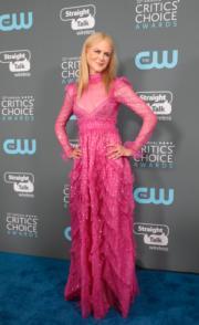 妮歌潔曼(Nicole Kidman)以透視的桃紅色Valentino出席頒獎禮。