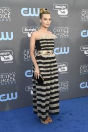 瑪歌羅比(Margot Robbie)穿著橫間的Chanel露肩裙。(法新社)