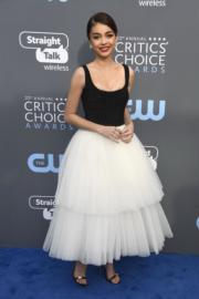 《摩登家庭》女星莎拉希蘭(Sarah Hyland)選擇了黑白配的Naeem Khan。(法新社)