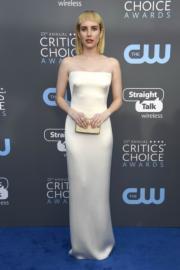 愛瑪羅拔絲(Emma Roberts)穿著銀白色的Giorgio Armani,簡潔又清爽。(法新社)