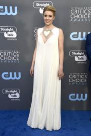 《Lady Bird》導演姬達嘉域(Greta Gerwig)穿著白色Fendi。(法新社)