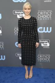 《權力遊戲》女主角愛美莉格爾(Emilia Clarke)以Dolce & Gabbana上陣。(法新社)