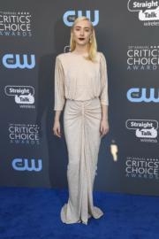 莎愛絲露娜(Saoirse Ronan)穿著長袖的Michael Kors,相當密實。(法新社)