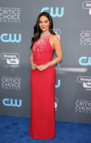擔任頒獎禮主持的奧莉花文尼(Olivia Munn)以火紅色的Prada踏上藍地氈。(法新社)