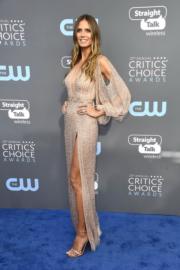 《全美一叮》評判之一Heidi Klum穿著裸色的Georges Hobeika現身頒獎禮。(法新社)