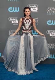 《訪‧ 嚇》女星艾莉森威廉斯(Allison Williams)穿著Dolce & Gabbana踏上藍地氈。(法新社)