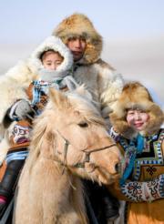 【錫林浩特冬季那達慕】一家牧民在那達慕會場上合影。(新華社)