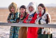 【錫林浩特冬季那達慕】女生在會場邊觀看表演。(新華社)