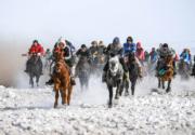 【錫林浩特冬季那達慕】牧民進行速度賽馬。(新華社)