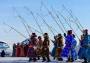 【錫林浩特冬季那達慕】演員在那達慕上表演。 (新華社)