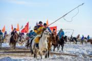 【錫林浩特冬季那達慕】當地牧民騎馬持套馬桿進入會場。(新華社)