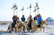 【錫林浩特冬季那達慕】當地牧民騎馬持「蘇魯錠」進入會場。(新華社)