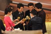 六個人都有獎座在手又真係幾開心。