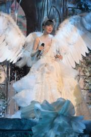 周慧敏開心與歌迷慶祝入行30周年。