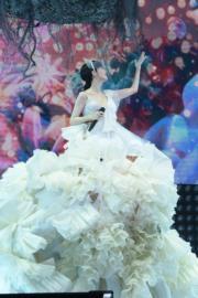 裙內有舞蹈員扶著。
