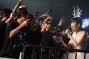 同歌迷近距離接觸。