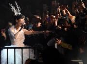 歌迷開心握手。