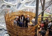 亞馬遜(Amazon)在西雅圖總部旁新落成的辦公空間,設計如熱帶雨林,讓員工置身園林環境。(法新社)