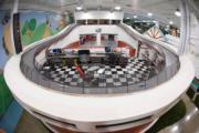 美國Inventionland Design Factory的辦公室設計成賽車場。(Inventionland Design Factory網站)