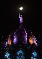 2018年1月31日晚,印度孟買火車站上空的超級藍月血月 (法新社)