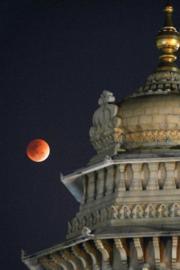 2018年1月31日晚,印度Bangalore上空的超級藍月血月 (法新社)