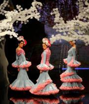 【佛蘭明高時裝展】模特兒的手袖綴以誇張荷葉邊,飄逸搖曳。(法新社)